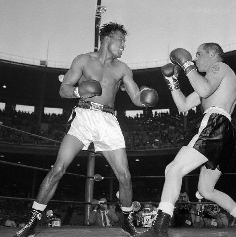 Sugar Ray Robinson fights Bobo Olson